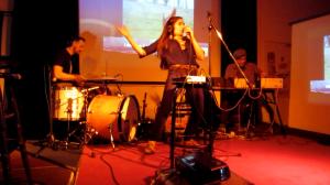 Maren Amini performt 'Wuthering Heights' von Kate Bush mit der Chaos Comic Karaoke Band von niedervolthoudini